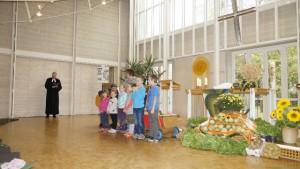 """Erntedankgottesdienst 2015 - Kindergartenkinder singen """"Du hast uns deine Welt geschenkt"""""""